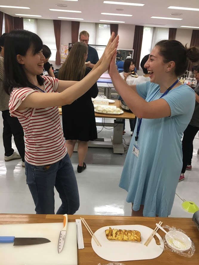 YPUHS and CSU student high five over making Japanese food