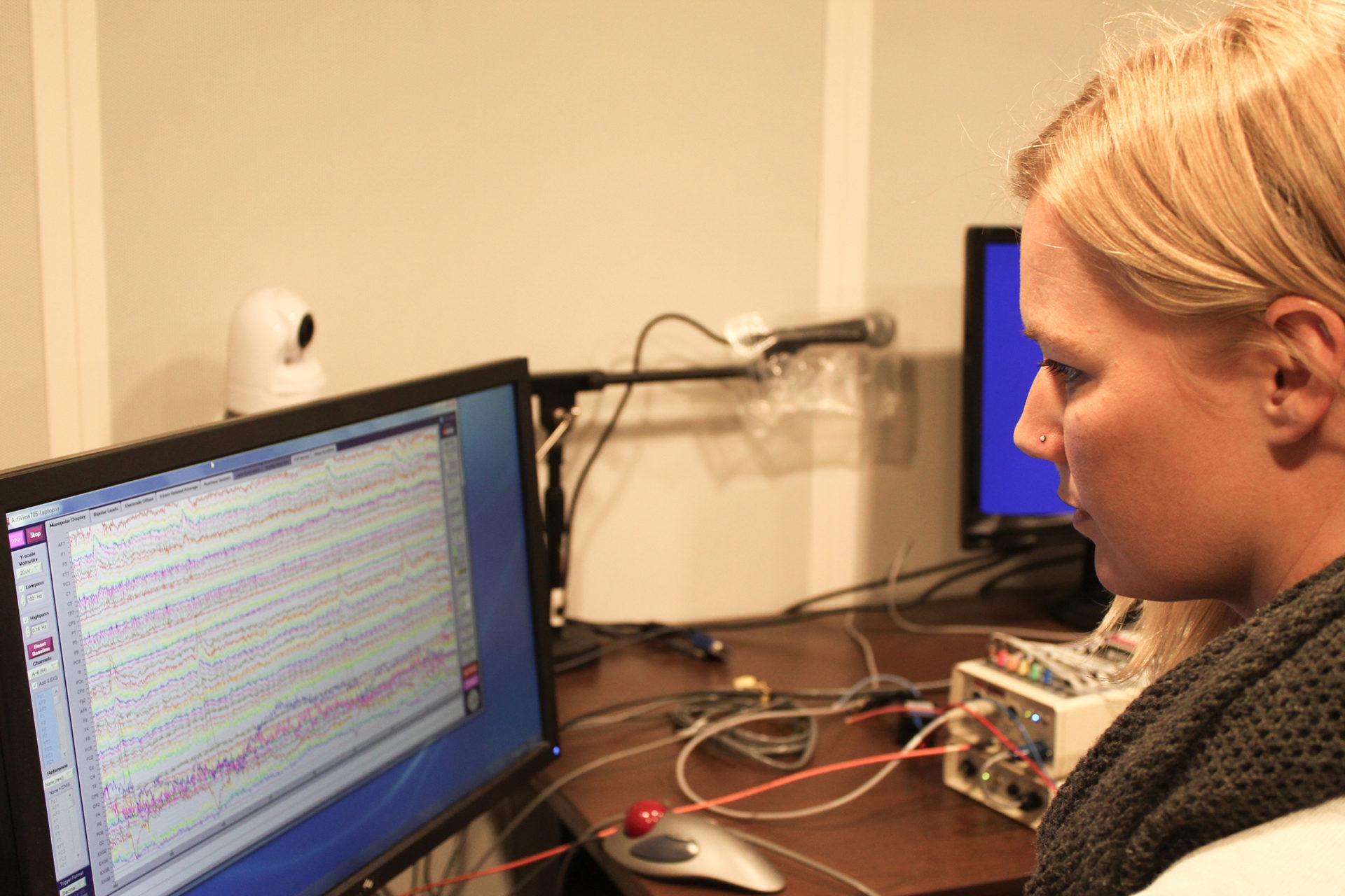 Jaclyn Stephens looking at neuroimaging data on her computer